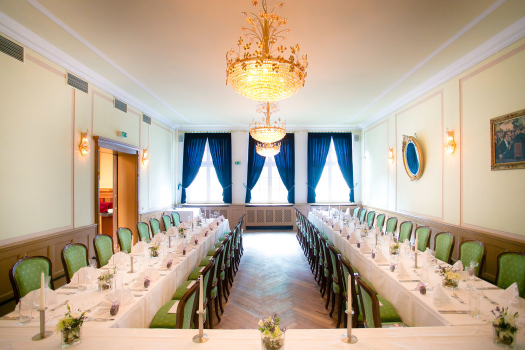 Grüner Salon für bis zu 55 Personen an klassischer U-Tafel