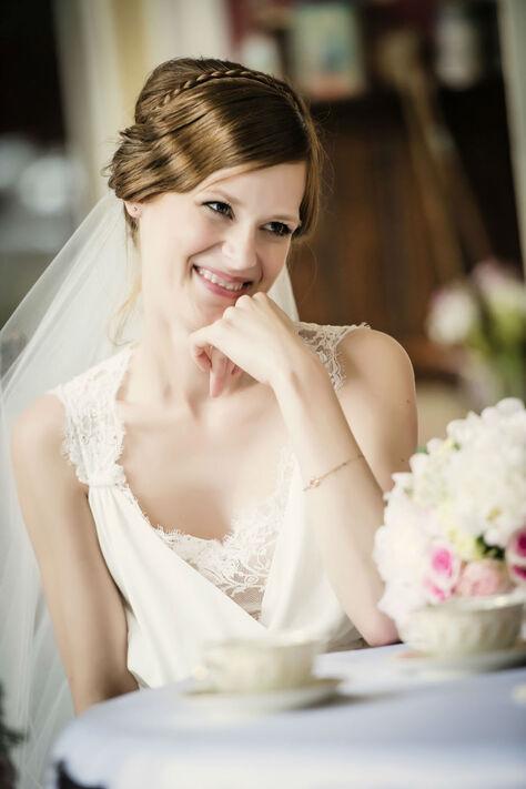 Beispiel: Glückliche Braut, Foto: About Moments Photography.