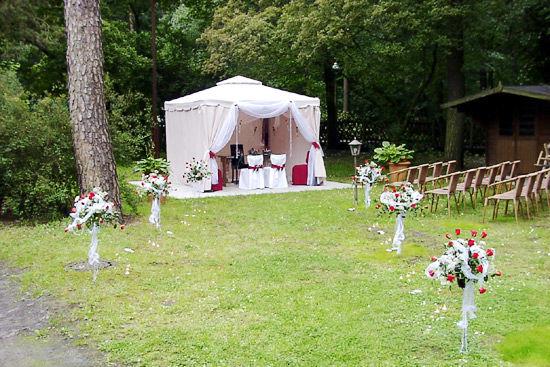 Beispiel: Trauung im Garten, Foto: Landhaus Hubertus.