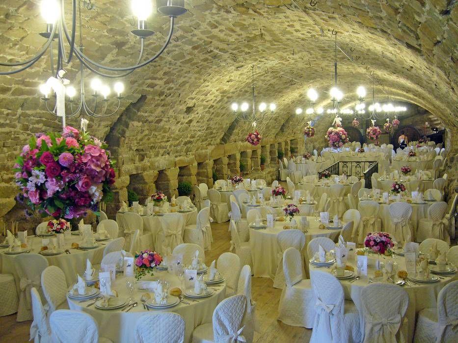La Scuderia Varano addobbata con palle di fiori rosa
