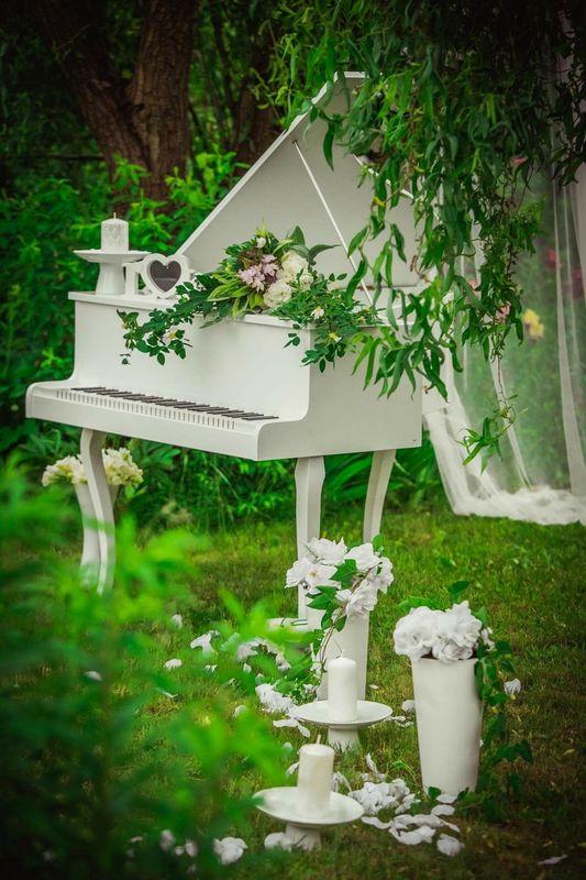 Sesja ślubna - atrapa fortepianu do wypożyczenia.