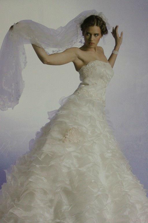 Beispiel: Brautkleid, Foto: Safa Mode.