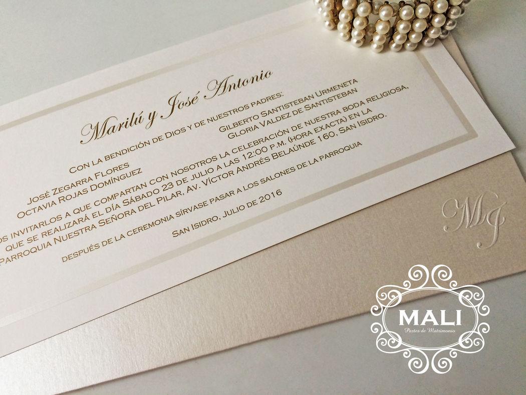 Cod. MAL 901-16 Perfecta combinación de materiales y colores. Sobre metalizado, interior ivory con marco nacarado. ¡Elegantes!