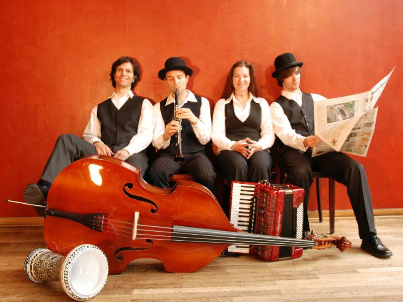 Beispiel: Bandmitglieder, Foto: A Glezele Vayn.