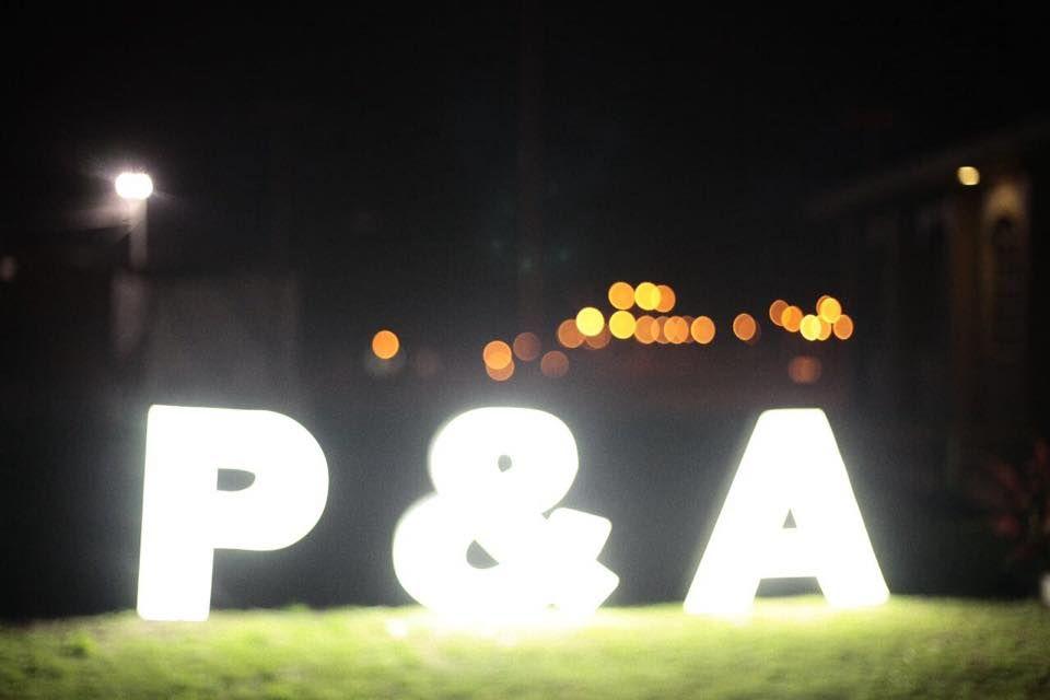 Letras iluminadas con las iniciales de los novios