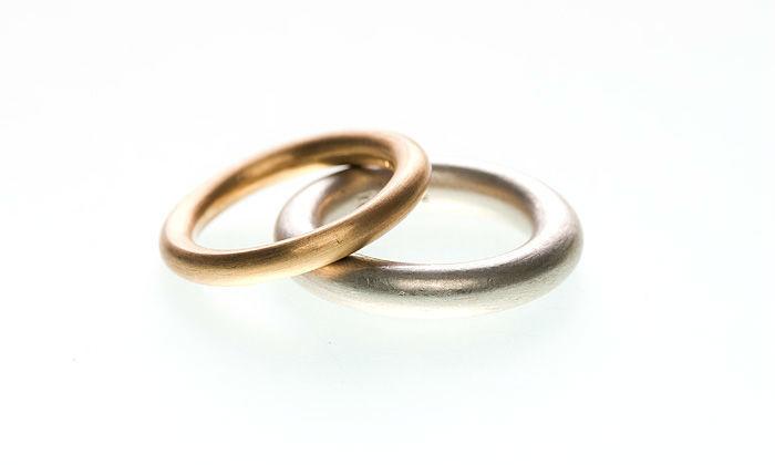 Beispiel: Ringe in Gold und Silber, Foto: Eve & Me.