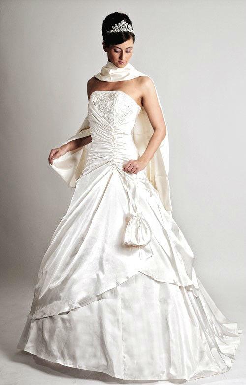 Beispiel: Preiswerte Brautkleider, Foto: Saray Brautmoden.