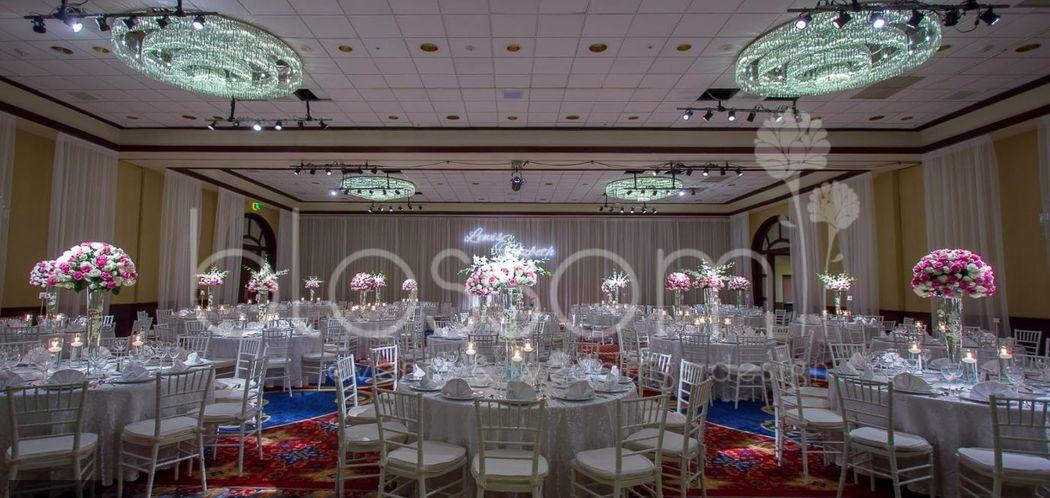 Hermosos candelabros cuelgan del salón, los centros de mesa lucen especatculares.