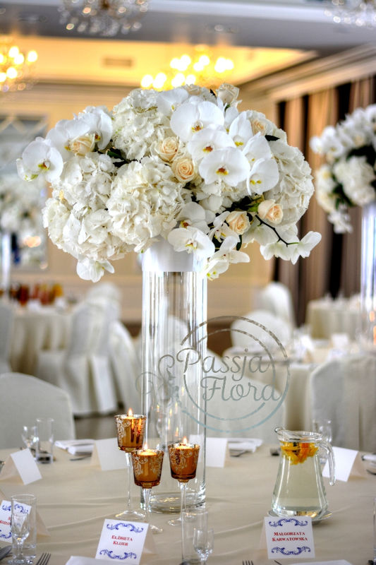 Kwiatowa dekoracja stołów gości