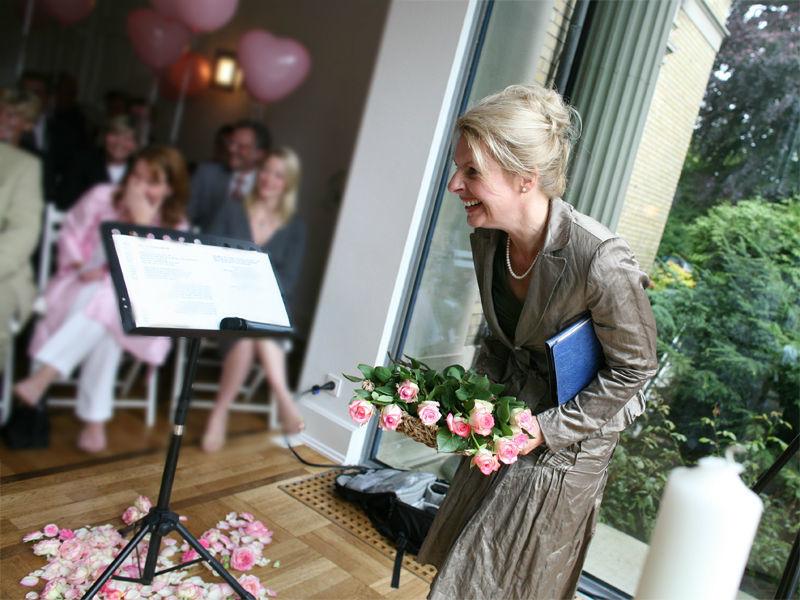Beispiel: Witzige und individuelle Gestaltung Ihrer Trauungszeremonie, Foto: Andrea Junk-Schnoor.