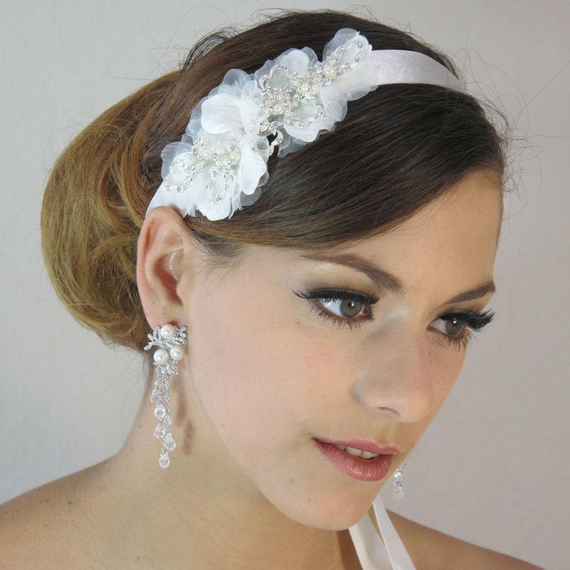 Bandeau en satin avec fleurs en tulle et perles. Ce bandeau ou headband de mariage en satin s'adaptera à toutes les têtes et illuminera votre coiffure de mariage avec raffinement avec ses fleurs en organdi et perles.
