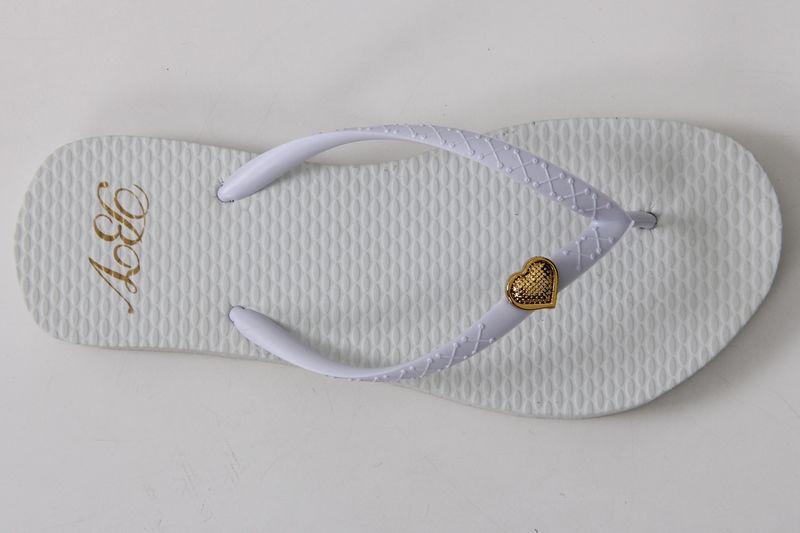 Chinelo Clássico com Tira Branca em X e Coração dourado