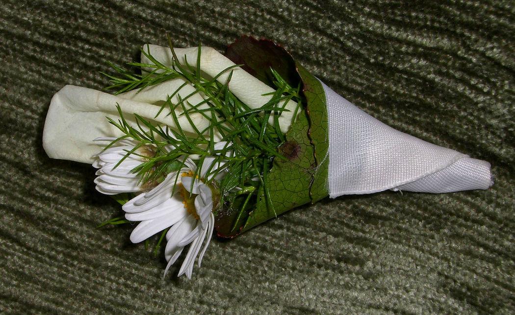Beispiel: Der Anstecker für den Bräutigam, Foto: Blumen Loos.