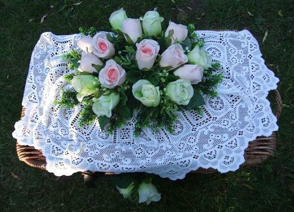 Beispiel: Weiße Truhe mit Blumen, Foto: Hochzeitstauben Michaela Kohl.