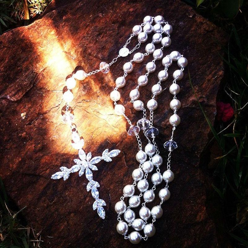 Terço em pérola de vidro da *Preciosa Elements, com detalhes em cristal. Crucifixo feito à mão, com aplicação de navetes de zirconias.  www.alessandragrinaldas.elo7.com.br