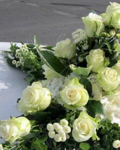 Beispiel: Weiße Rosen für das Brautauto, Foto: Blumen Wunder.