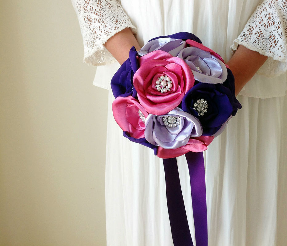 Bouquet Royal Purple com brilhantes no centro das rosas