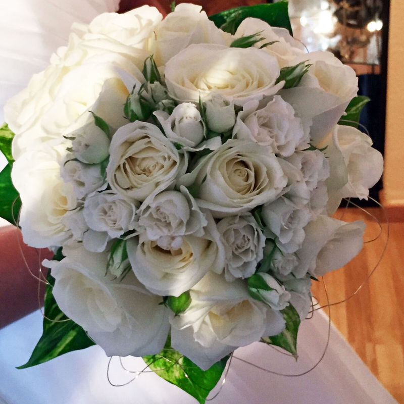 Ramo de novia tipo bouquet con rosas blancas.