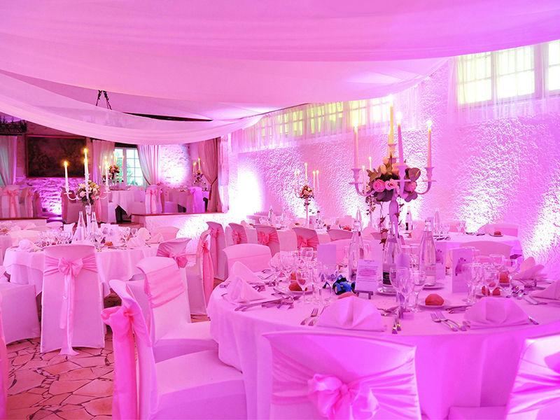 Installation de voilages, centres de tables avec chandeliers fleuris