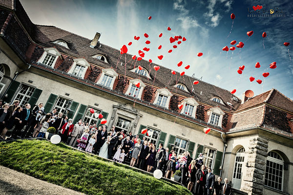 Hochzeitsreportage schloss Kartzow Potsdam, Brautpaar, Gruppenfoto, Brautstrauß, Luftballons, Standesamtliche Hochzeit in Schloss Kartzow, Hochzeitsfotografie Iris Woldt, Hochzeitsfotograf Potsdam,