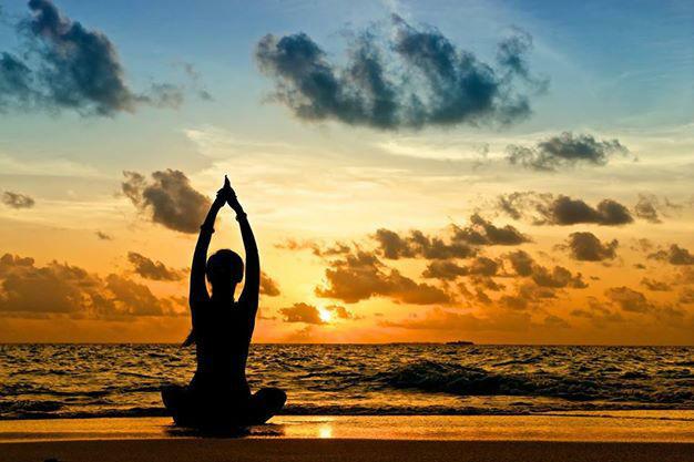 Beispiel: Yoga beim Sonnenuntergang, Foto: Robinson Club.