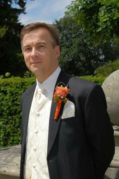 Beispiel: Hochzeitsanzug, Foto: Romeo Fashion.