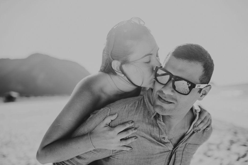 noiva beijando o noivo