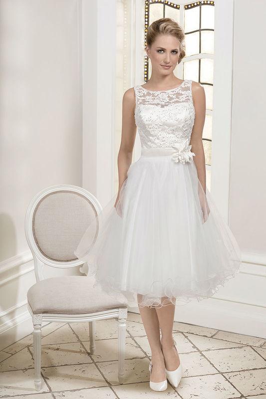 Beispiel: Brautkleid mit Spitze und Schleife in der Taille, Foto: Kleemeier.