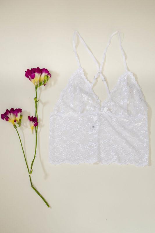 Top Anette. Delicado encaje blanco con hilos brillantes que resaltan en tu piel. Sencillo y delicado. Perfecto para aquellas que buscan algo diferente.