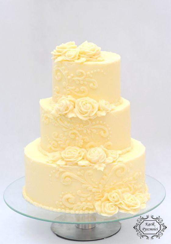 Tort Różany Ogród. Baza tortu to waniliowy biszkopt przełożony kremem z serka mascarpone i śmietany.