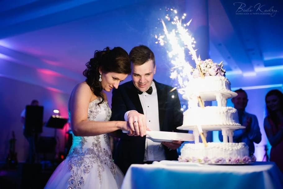 Para krojąca tort