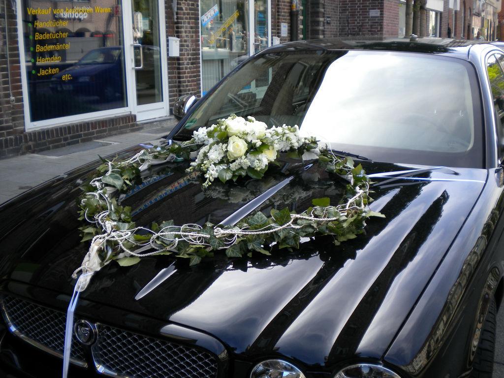 Beispiel: Florale Dekoration des Hochzeitsautos, Foto: Wilheine Blumenbindekunst.