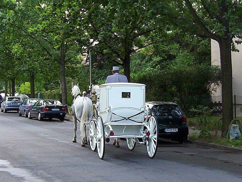 Beispiel: Auf dem Weg vom Standesamt zur Hochzeitsfeier, Foto: Berliner Hochzeitskutschen.