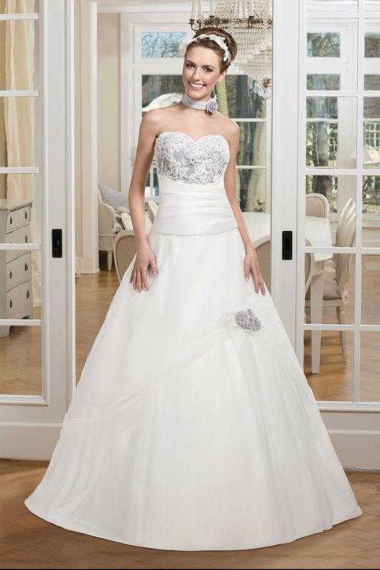 Beispiel: Brautkleid mit farbigen Stickereien am Oberteil, Foto: Kleemeier.