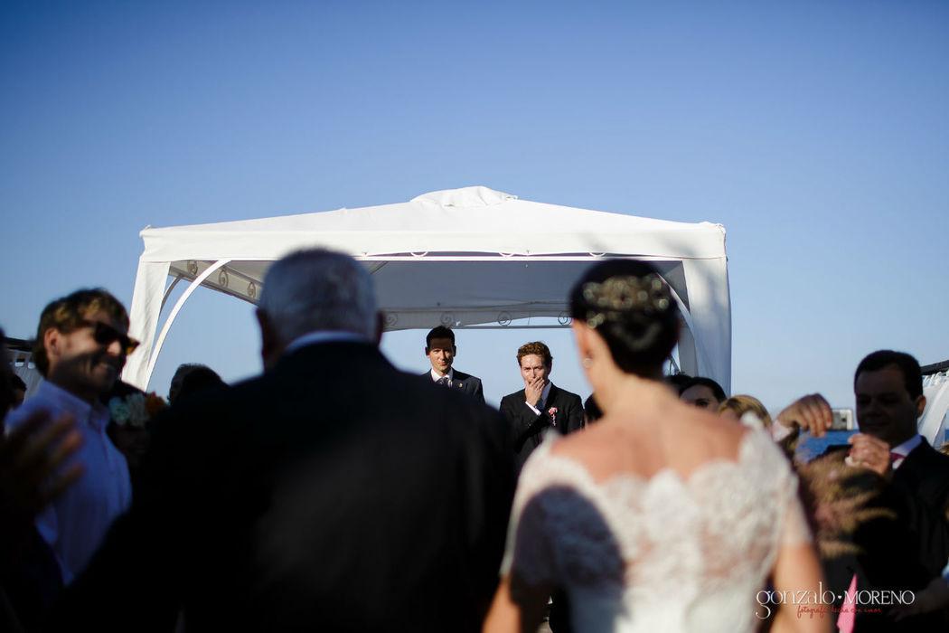 El novio conteniendo la emoción al ver por primera vez a la novia.