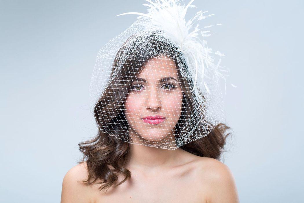 Tocado de novia, con plumas y velo Birdcage.