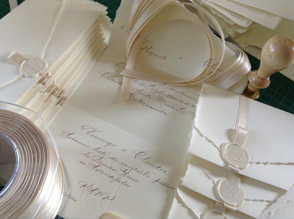 Il Calligrafo - Inviti carta a mano Amalfi avorio manoscritti in seppia con sigillo e nastro in tinta.