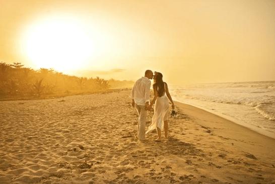 Pareja paseando po la playa del resort