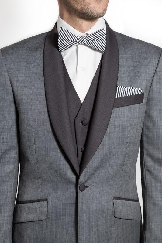 Costume 3 pièces Gris clair type smoking, gilet gris moyen, Nœud Pap' et pochette en coton rayé gris et noir Réalisation : Sur Mon 31