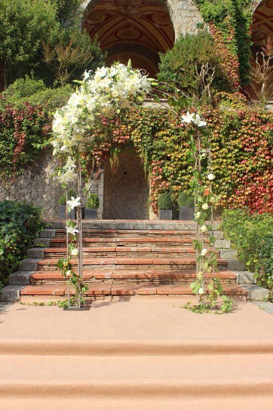 Arco de hierro estilo inglés con un centro floral asimetrico.  http://lafloreria.net