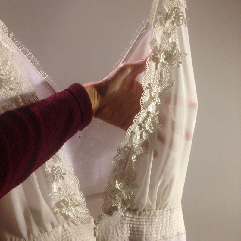 Espalda abierta con trabajo bordado a mano de macramés, cintas y flores.