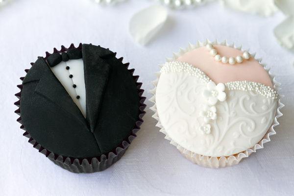 Clásicos cupcakes de Frack y Novia hechos de fondant