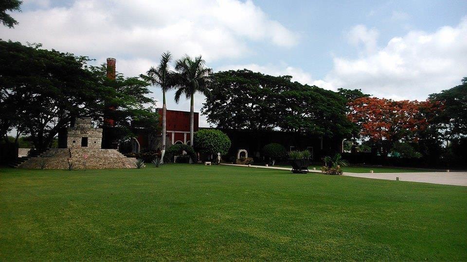 Al fondo la replica del Castillo de las Siete Muñecas y la antigua Casa de maquinas.