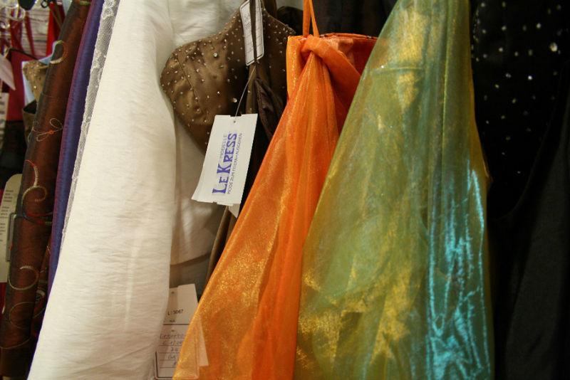 Beispiel: Cocktailkleider in vielen Farben und Formen, Foto: K. For Bride.