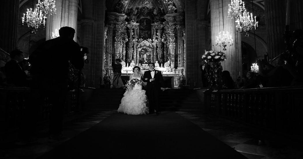 Ale&Pedro Coordinación: Elsa Bohorquez Wedding & Event Planners Lugar: Catedral Ciudad de México Foto: Ana Hinojosa