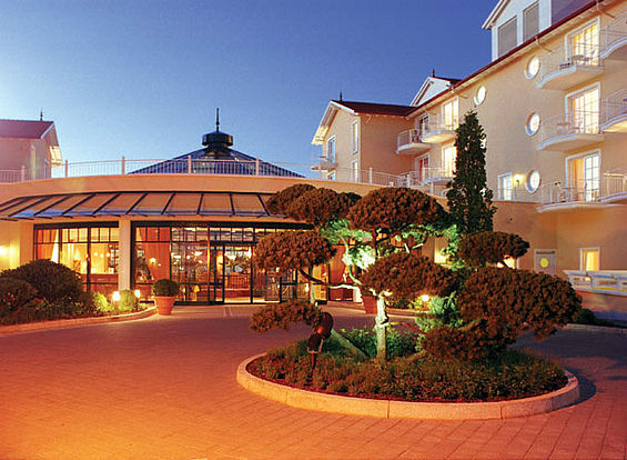 Beispiel: Hoteleingang, Foto: Travel Charme Ostseehotel Kühlungsborn.
