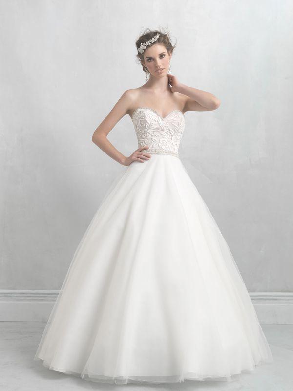 Оригинальное свадебное платье, топ которого расшит объёмным кружевом с вкраплениями золотой нити.