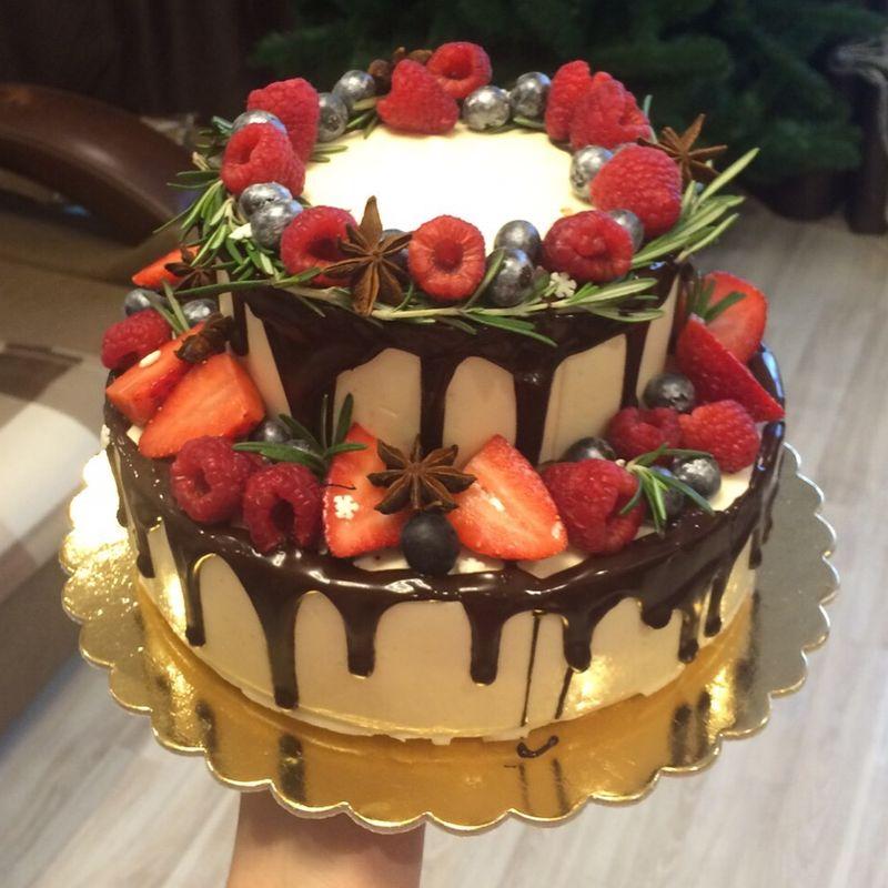 Тортик для зимней свадьбы , оформлен ягодами и веточками розмарина