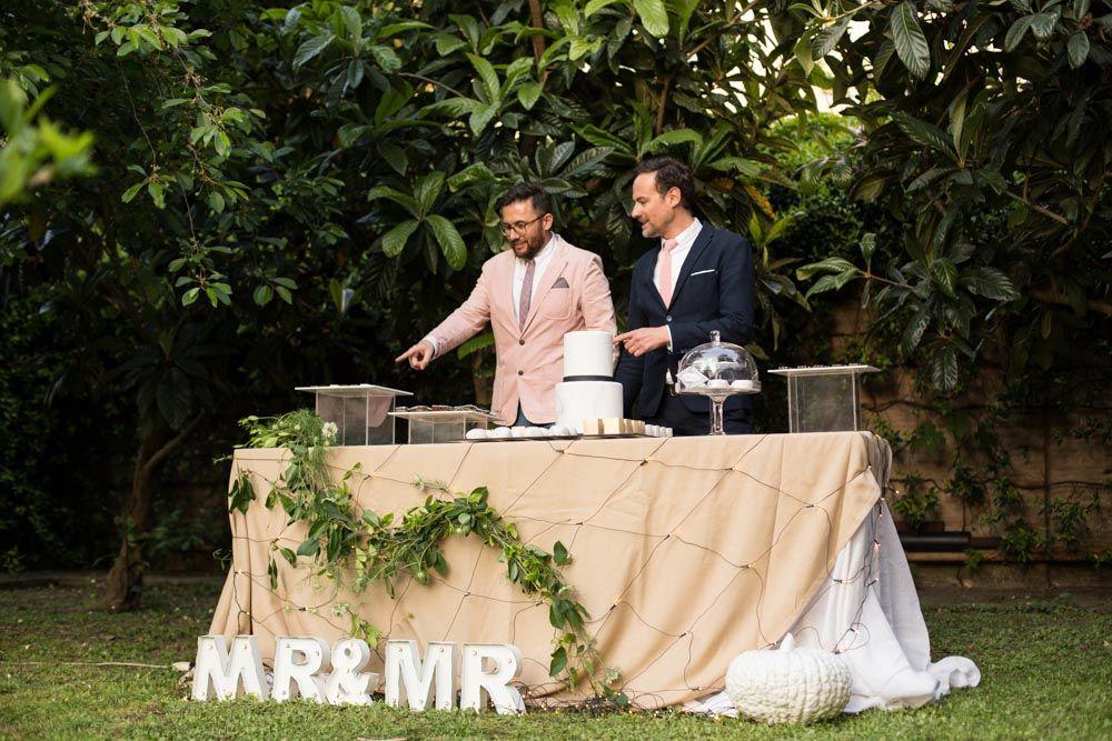 Gli sposi si avviano al tavolo dei dolci allestito sul terrapieno del giardino interno