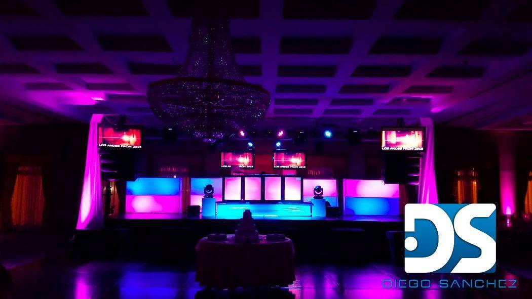 Este recinto tiene un techo muy bajo, razón por la cual repartimos la escenografía de la foto anterior, viene con 4 pantallas LED TV 55